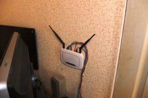 установка роутера на стене